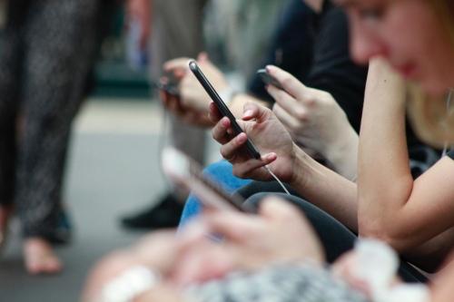 Чтобы помочь подопечным фонда, достаточно иметь под рукой только телефон. Фото: unsplash.com