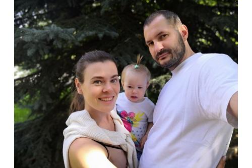Яна с мужем и дочкой Лизой