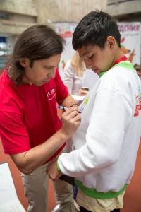 Александр Ревва раздает автографы