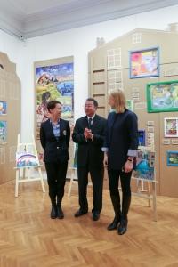 Чулпан Хаматова, г-н Саито Ю и Дина Корзун на выставке