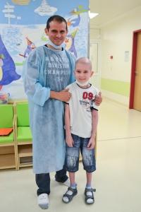 Роберто с одним из детей в отделении