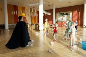Дети с волонтерами в Центре Димы Рогачев