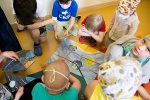 Дети с волонтерами в Центре Димы Рогачева