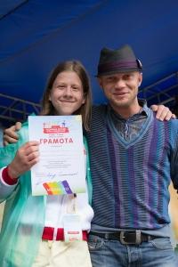 Влад Головачев получает из рук Дмитрия Хрусталева медаль и грамоту