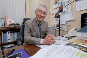 Тасуку Хондзё в своем кабинете в Киотском университете.