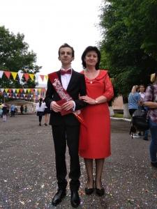 Георгий вместе с мамой на выпускном