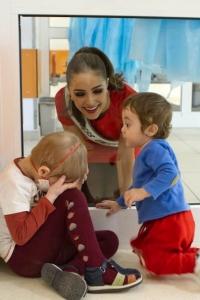 Мисс Вселенная-2012 пытается познакомиться с детьми в Центре гематологии