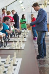 Александр Мотылев проводит сеанс одновременной игры