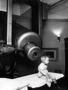 Лечение ребенка с использованием линейного ускорителя. 1957 г.