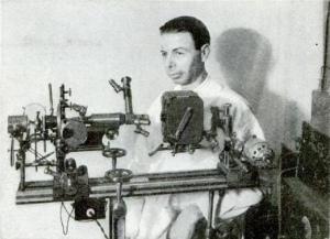 Райф с одним из своих первых микроскопов